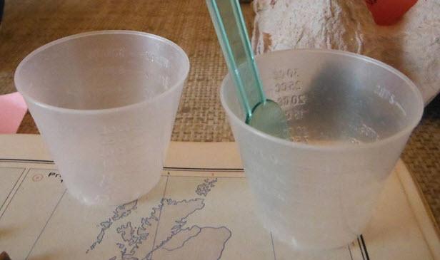 trộn và đổ keo nhựa
