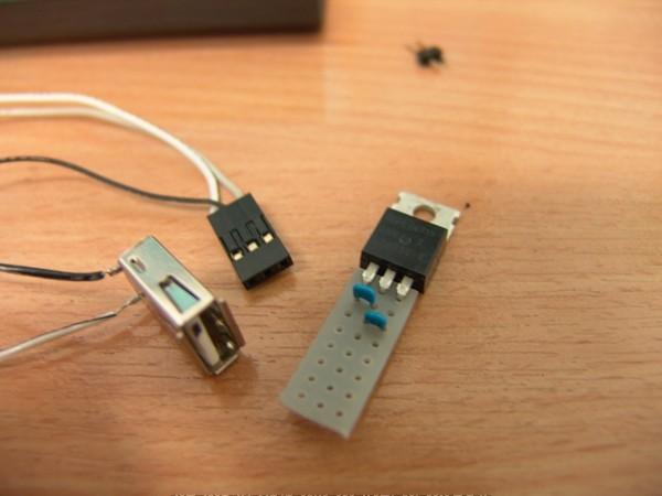 Mạch sử dụng IC 7805, giúp ổn định điện áp ở 5V