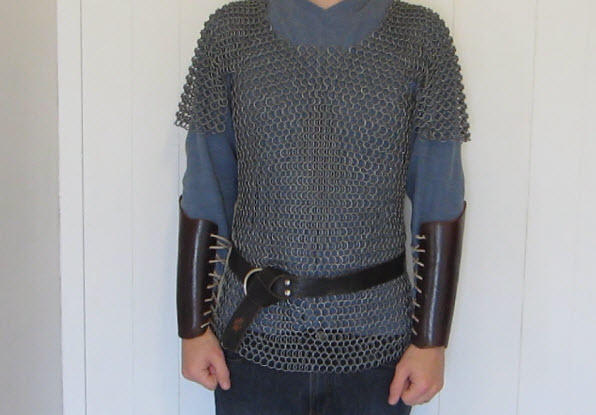 chiếc áo giáp kim loại bảo vệ cơ thể