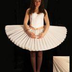 chiếc váy đẹp làm từ chất liệu giấy xếp li
