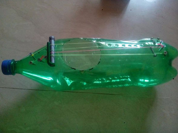 đàn guitar, chai nhựa