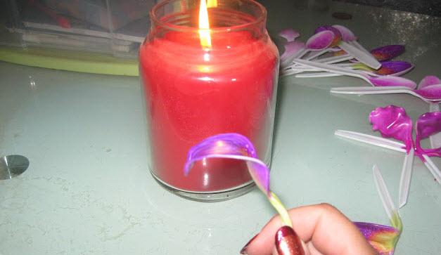 Hơ nóng muỗng nhựa để tạo cánh hoa